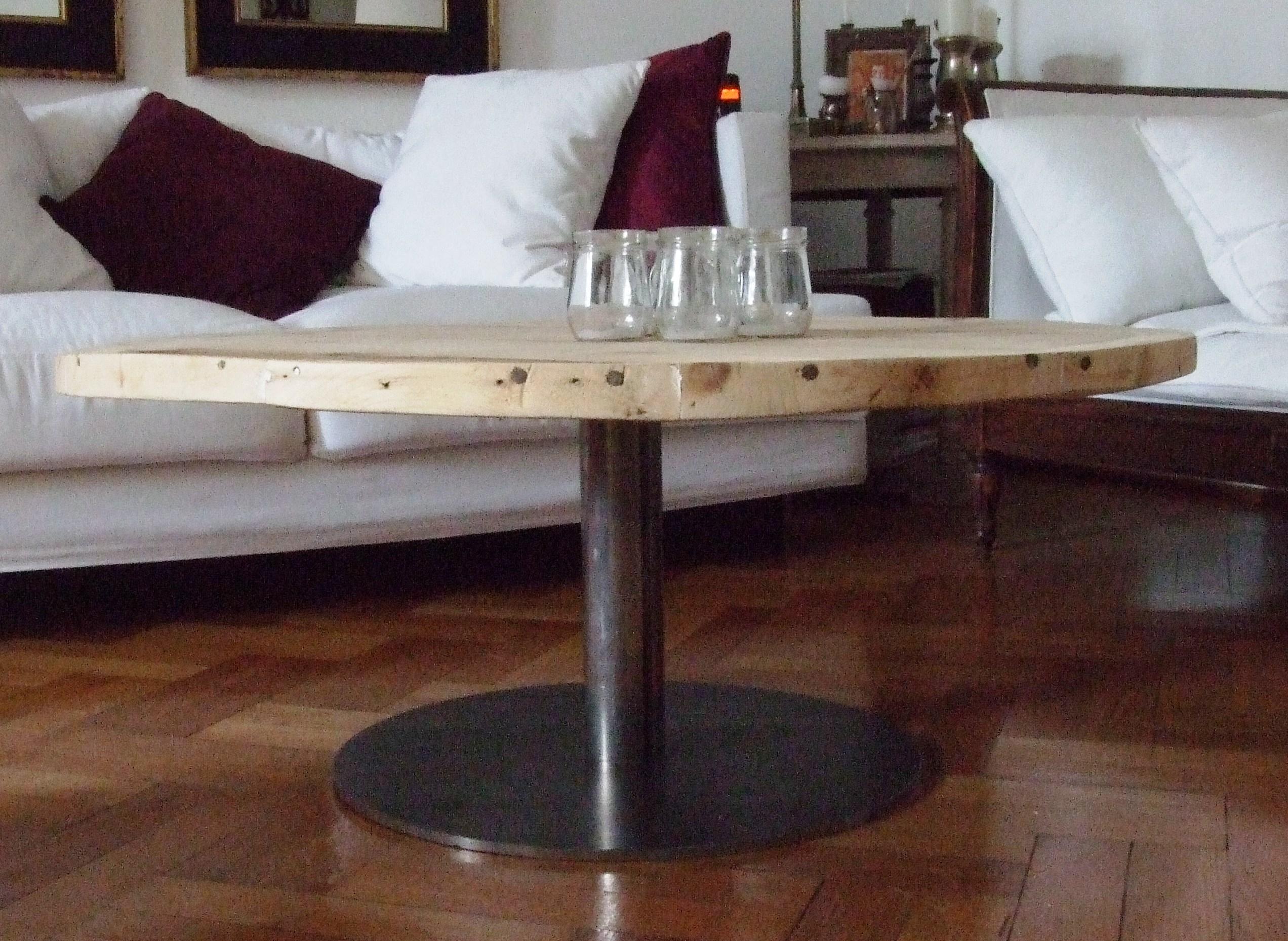 Mesa de living con tapa de madera de pallets usados  Maria Casanova